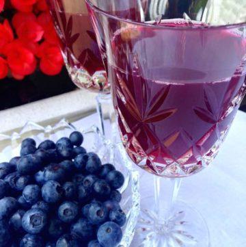 blueberry tea in wine glass