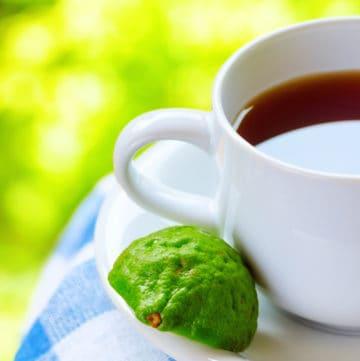 earl grey tea in cup with bergamot slice
