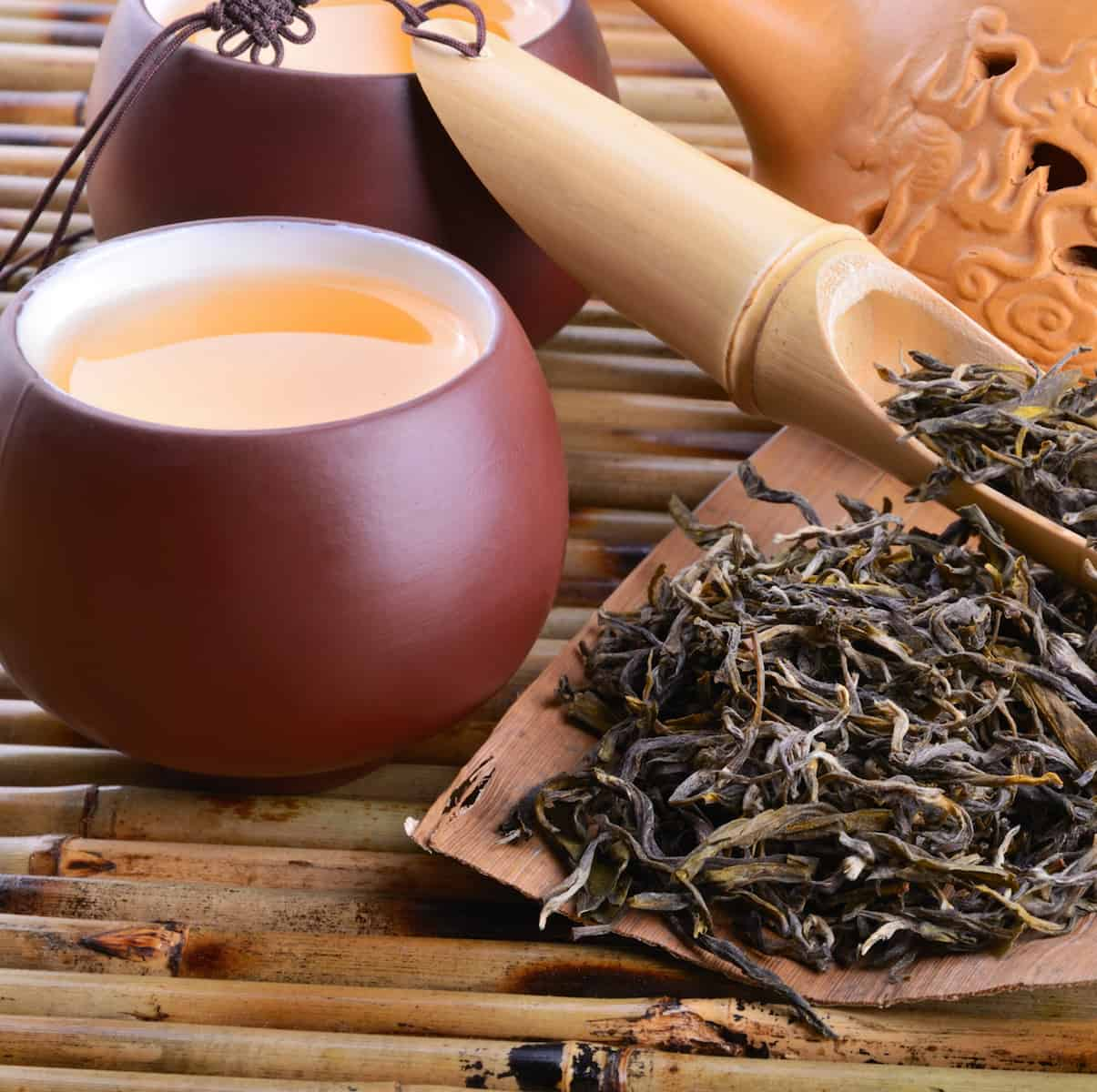 oriental beauty loose leaf tea with cup and spoon to quit coffee